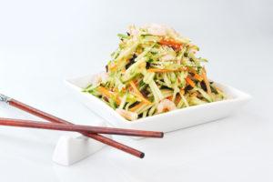 A-4 Kiniškos salotos su vištiena, krevetėmis, juodaisiais kiniškais grybais